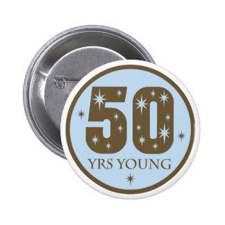 50 años de 50.o regalo de cumpleaños de los jóvene pin redondo de 2 pulgadas
