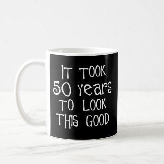 ¡50.o cumpleaños, 50 años para mirar esto bueno! taza clásica