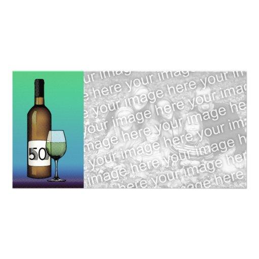 50.o cumpleaños o aniversario: botella y vidrio de plantilla para tarjeta de foto