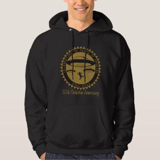 50.o El suéter con capucha oscuro de los hombres