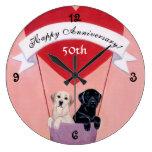50.o Labradors negro y amarillo del aniversario Relojes De Pared