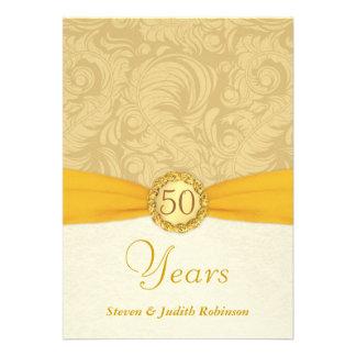 50 o Monograma del oro de las invitaciones del ani