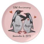 50.o Placa del amor del pingüino del aniversario Platos