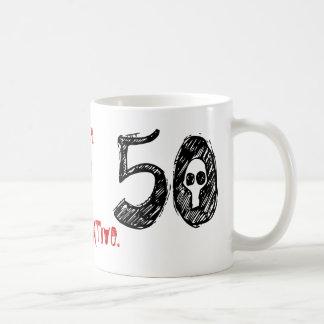 50.o Regalo de la mordaza del cumpleaños Taza Clásica