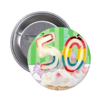50.o saludo de la fiesta de cumpleaños pin redondo de 2 pulgadas
