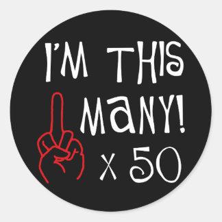 50.o saludo del dedo medio del cumpleaños pegatina redonda
