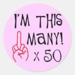 50.o saludo del dedo medio del cumpleaños etiqueta redonda
