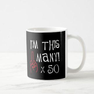 50.o saludo del dedo medio del cumpleaños taza de café