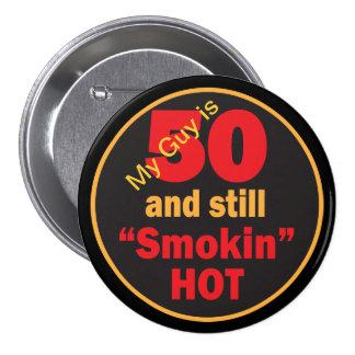 50 y aún cumpleaños caliente de Smokin el | 50.o Pin Redondo De 3 Pulgadas