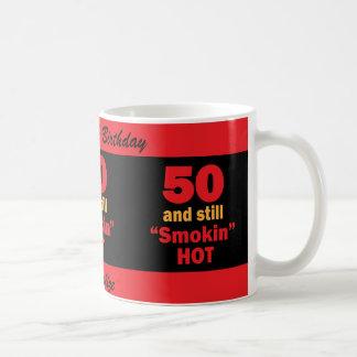 50 y aún cumpleaños caliente de Smokin el   50.o Taza Clásica