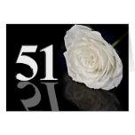 51.o Tarjeta de cumpleaños con un rosa blanco clás