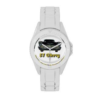 57 Chevy deportivo con el reloj blanco de la corre