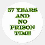 57 ninguna hora de prisión pegatinas redondas
