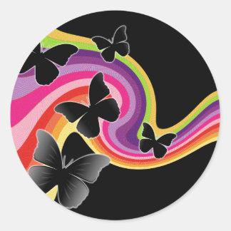 5 mariposas negras en el arco iris de Swirly Pegatina Redonda