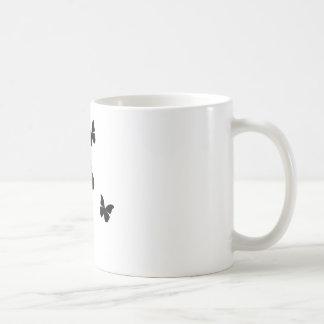5 mariposas negras taza básica blanca
