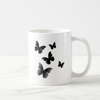 5 mariposas negras taza clásica