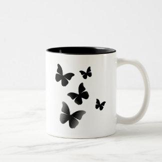 5 mariposas negras taza de dos tonos
