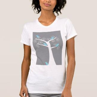 5 pájaros azules en una camisa (gris) del árbol