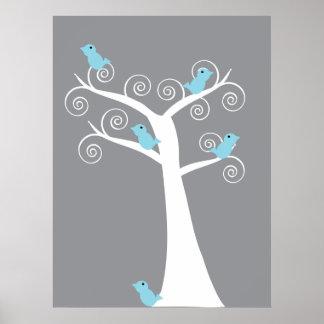 5 pájaros azules en una impresión del árbol (fondo póster