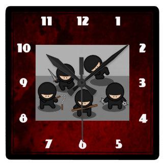 5 pequeños ninjas que presentan con las armas reloj cuadrado