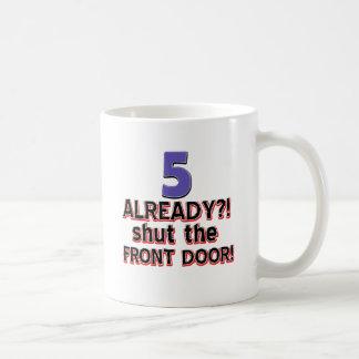 ¿5 ya? Cierre la puerta principal Taza Clásica