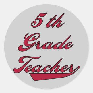 5to Camisetas y regalos rojos del profesor del Pegatina Redonda