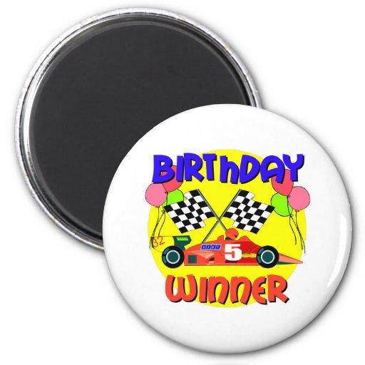 5to Cumpleaños del coche de carreras del cumpleaño Imán Redondo 5 Cm