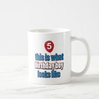 5tos diseños del cumpleaños del año taza clásica