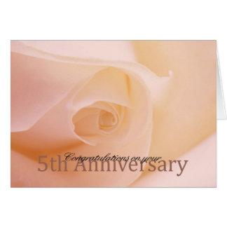 5tos rosas felices del aniversario tarjeta de felicitación