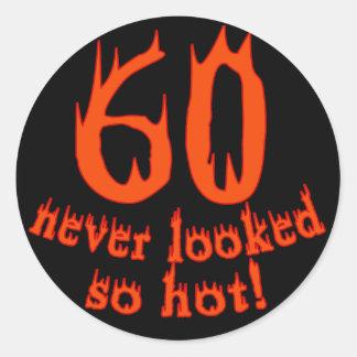 ¡60 nunca parecido tan caliente! pegatina redonda