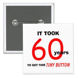 60.o Botón de los regalos de la mordaza del cumple Pin Cuadrado