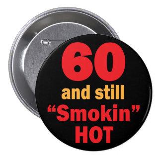 60 y aún cumpleaños caliente de Smokin el | 60.o Pin Redondo De 3 Pulgadas