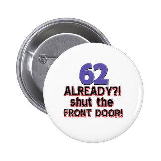 ¡62 ya?! ¡Cierre la puerta principal! Pin Redondo De 2 Pulgadas