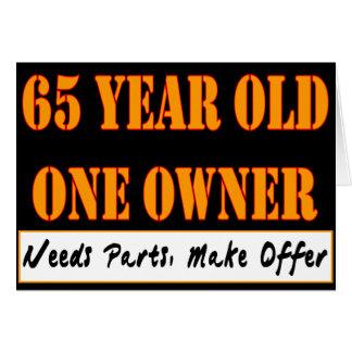 65 años, un dueño - las piezas de las necesidades, tarjeta de felicitación