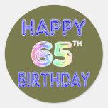 65.o cumpleaños feliz en fuente del globo pegatinas redondas