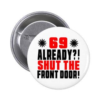¡69 ya?! ¡Cierre la puerta principal! Pin Redondo De 2 Pulgadas