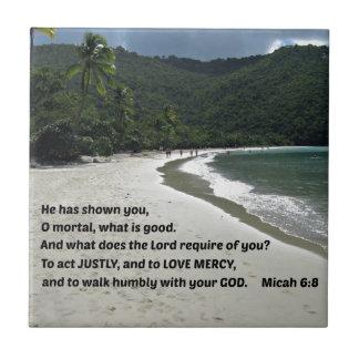 6:8 de Micah él le ha mostrado, mortal de O,…. Azulejo Cuadrado Pequeño