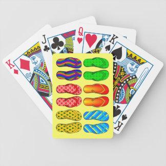 6 pares coloridos de flips-flopes de la playa del baraja de cartas