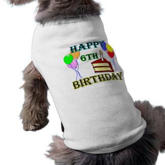 6to cumpleaños feliz con la torta, los globos y la playera sin mangas para perro