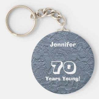 70 años de llavero azul joven de las muñecas