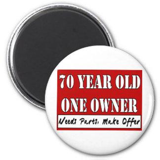 70 años, un dueño - las piezas de las necesidades, imán redondo 5 cm