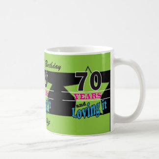 ¡70 años y amor de él! taza básica blanca