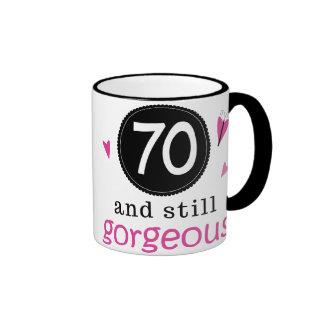 70 y aún idea magnífica del regalo de cumpleaños p taza a dos colores