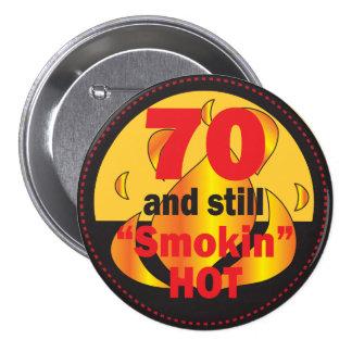 70 y cumpleaños caliente del botón el | de Smokin Pin Redondo De 3 Pulgadas