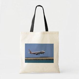 747 landing, Honolulu, Hawaii, U.S.A. Budget Tote Bag