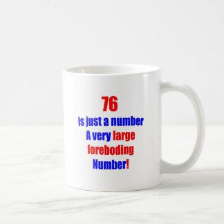 76 es apenas un número taza de café