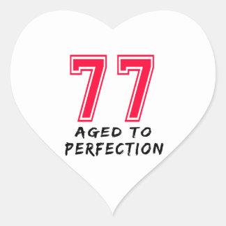 77 envejeció al diseño del cumpleaños de la calcomanías de corazones personalizadas