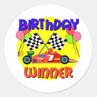7mo Cumpleaños del coche de carreras del Pegatina Redonda