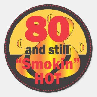80 y aún tema caliente del cumpleaños de Smokin Pegatina Redonda