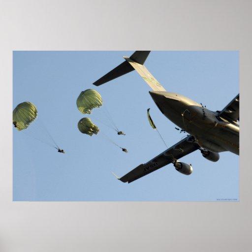 82.o Salto aerotransportado del poster C-17
